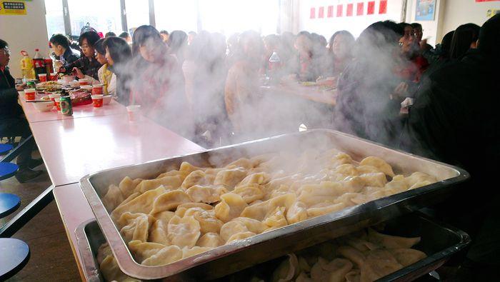 接连出锅的饺子热气腾腾