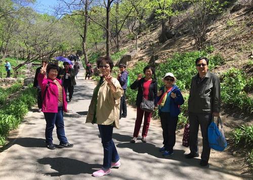 我校组织退休老同志前往灵慧山生态风景区开展春游踏青活动