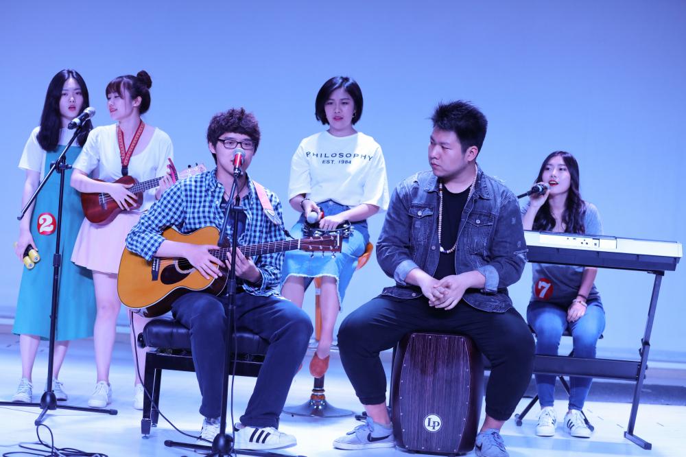 接下来上场的是由导师苏雨婧带领的第二组,五位选手分别是孙雪彤,张烨